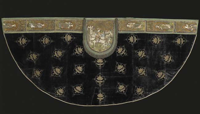 Satin mantle from 15 or 16th century is located in Ecouen, Musée national de la Renaissance