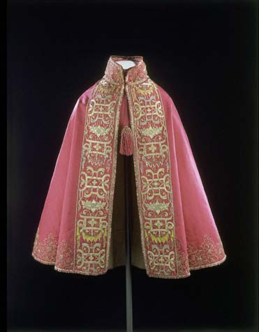 Cloak made in France in 1580-1600 is now part of VA Museum collection (London)